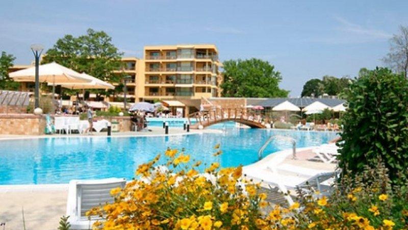 Външен басейн и хотела
