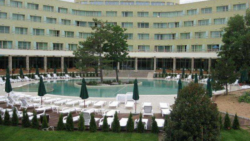 Външен басейн с шезлонги и чадъри