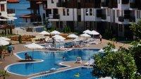 Външен басейн и хотел