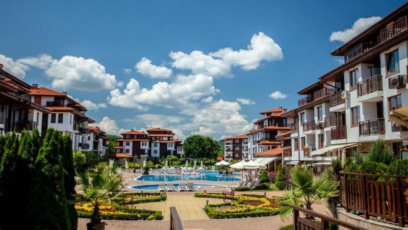 Хотелска част, вили и басейн