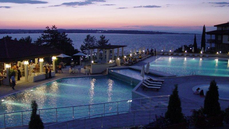 Външен басейн вечер